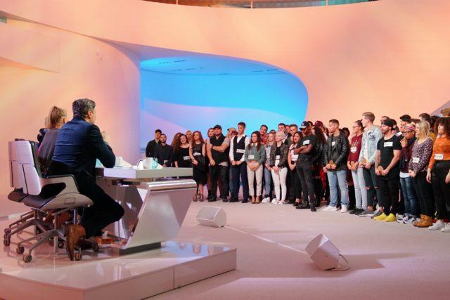 Die Jury begrüßt alle Kandidaten, die es bis in den Deutschland-Recall geschafft haben, im Studio. (Foto: MG RTL D / Stefan Gregorowius)