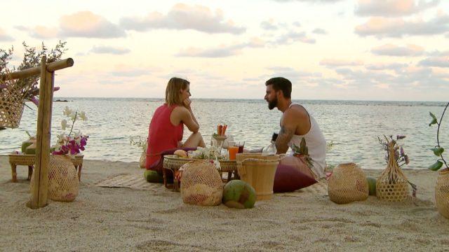 Viola und Sebastian genießen die Zweisamkeit bei einem leckeren Cocktail am Strand. (Foto: MG RTL D)