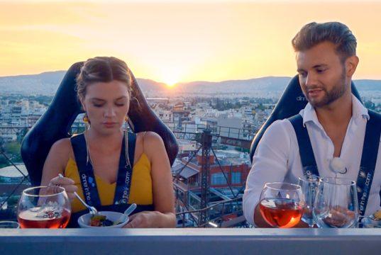 """Für Nadine und Daniel geht es bei ihrem Einzeldate in Athen bei einem """"Dinner in the Sky"""" hoch hinaus. (Foto: MG RTL D)"""