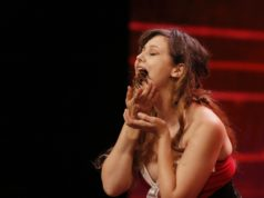 Marry Bleeds aus Amerika spielt mit einer Vogelspinne im Mund Mundharmonika. (Foto: MG RTL D / Morris Mac Matzen)