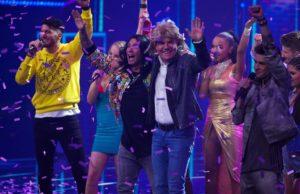 Pietro Lombardi (l.) und Dieter Bohlen mit den Top 10 (Foto: TVNOW / Stefan Gregorowius)