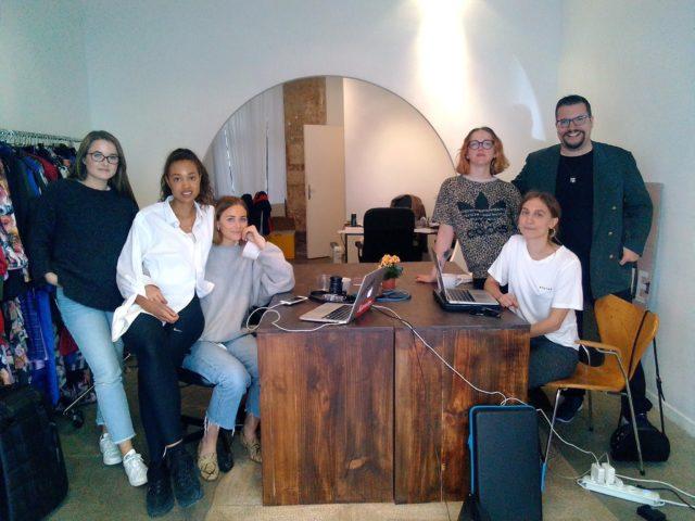 Foto: Dominik Wachta mit seinem Team bei einem Magazin-Auftrag in Paris Copyright: Privat