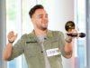 """Kevin Jenewein aus Sulzbach bekommt die """"Goldene CD"""" von Jurymitglied Pietro Lombardi und ein Ticket für den Recall in Südafrika. (Foto: TVNOW / Stefan Gregorowius)"""