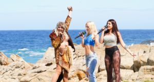 "V.l.: Lydia Kelovitz, Lorna Hysa und Vanissa Toufeili performen am zweiten Set des Auslands-Recalls in der Bucht von Storms River Mouth im Tsitsikamma Nationalpark den Song ""Sweet But Psycho"" von Ava Max. (Foto: TVNOW / Stefan Gregorowius)"