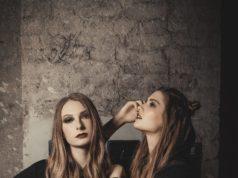 Katharina Dlapka & Sarah Leidl posieren für Kult-Designerin Marianne Kohn (c) Oliver Neunteufel