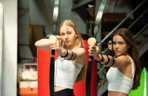 Ann-Kathrin Johannides & Marissa Tschinder zeigen Arrow Tag vor (c) Contralux Photography